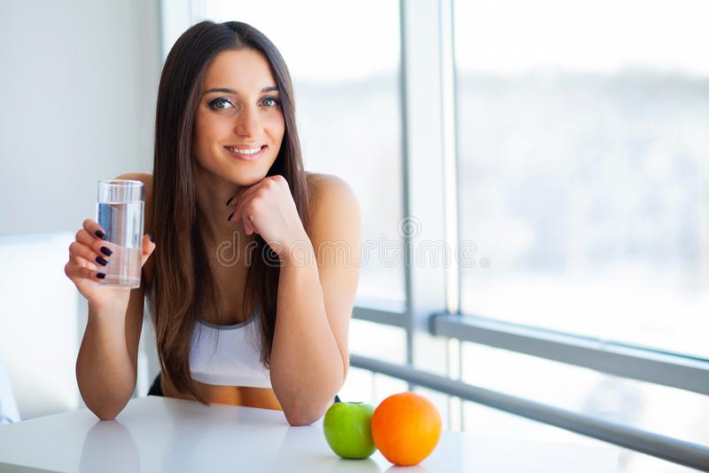 Härlig le kvinna som tar vitaminpreventivpilleren Dietary supplement arkivbilder
