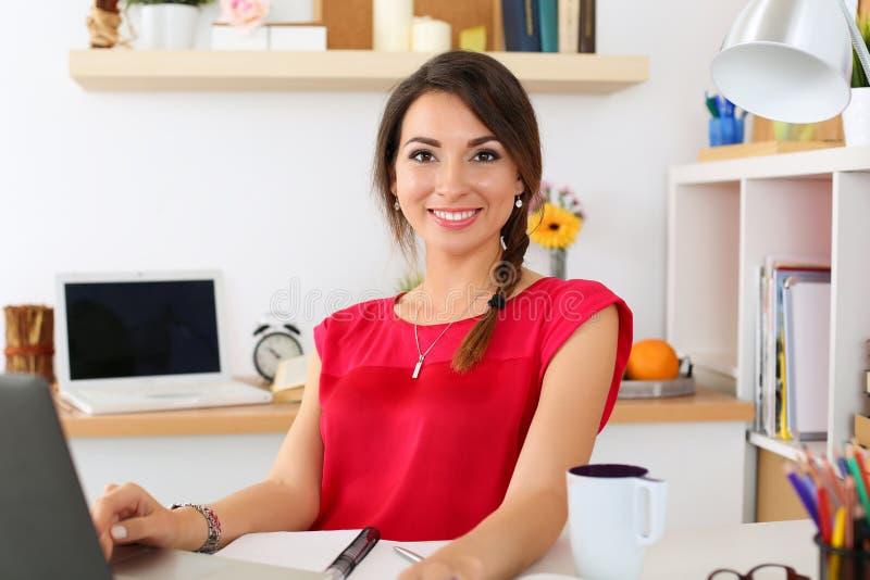 Härlig le kvinnlig student som använder online-utbildningsservice royaltyfria foton