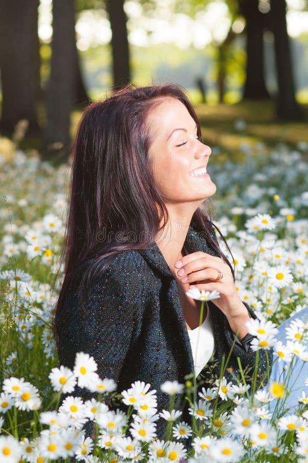 Härlig le lycklig kvinna arkivbild