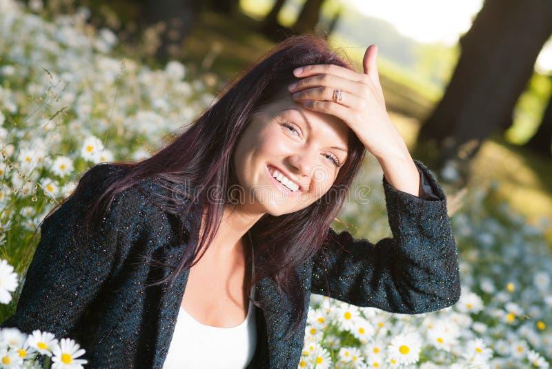 Härlig le lycklig kvinna arkivfoton