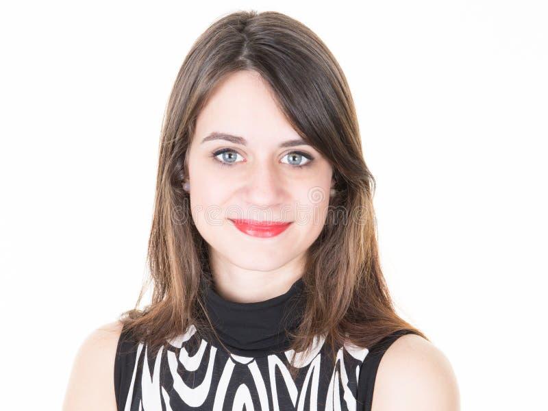 Härlig le mörker-haired passform och skönhet för ung kvinna fotografering för bildbyråer