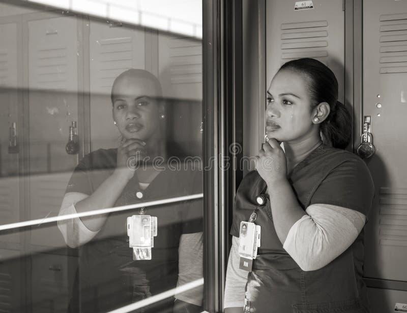 Härlig ledsen afrikansk amerikansjuksköterskagråt royaltyfri bild