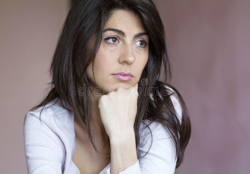Härlig ledsen ung kvinna inomhus royaltyfria bilder