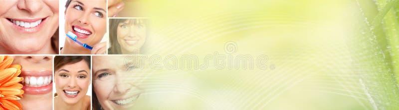 härlig leendekvinna royaltyfri foto