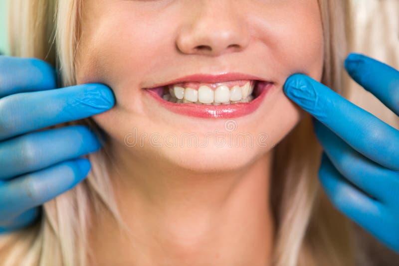 härlig leendekvinna Tänder, når att ha gjort vit tand- vård- bakgrund royaltyfri fotografi