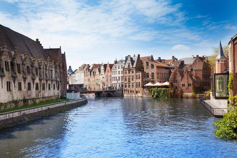 Härlig Leie flod i i stadens centrum Ghent, Belgien fotografering för bildbyråer