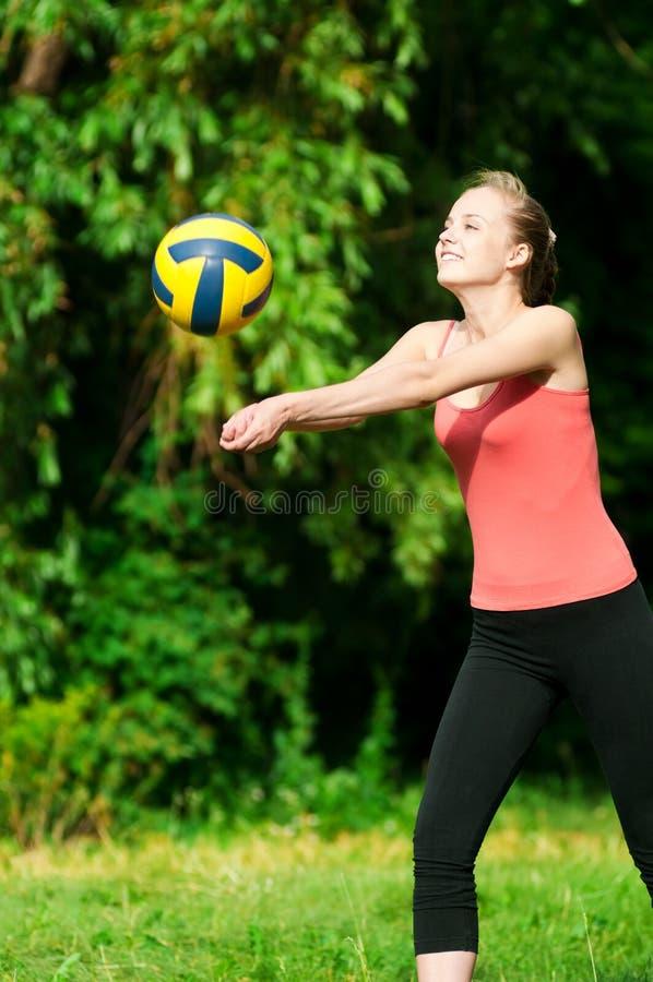härlig leka volleybollkvinna royaltyfria bilder
