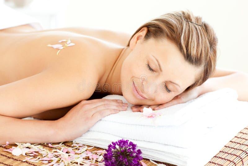 härlig liggande avkopplad tabellkvinna för massage arkivfoton