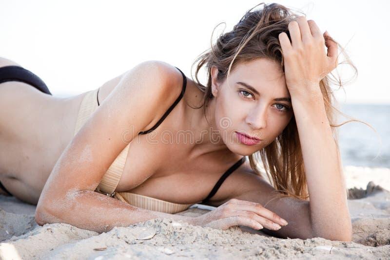 härlig liggande model sand royaltyfri fotografi