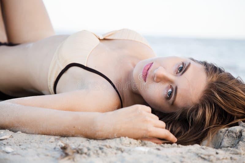 härlig liggande model sand fotografering för bildbyråer