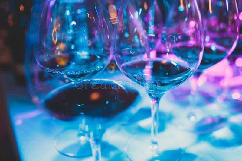 Härlig linje av olika kulöra alkoholcoctailar med rök på ett julparti, en tequila, en martini, en vodka och andra på delen royaltyfri foto
