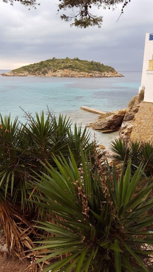 Härlig liten ö på stranden royaltyfri fotografi