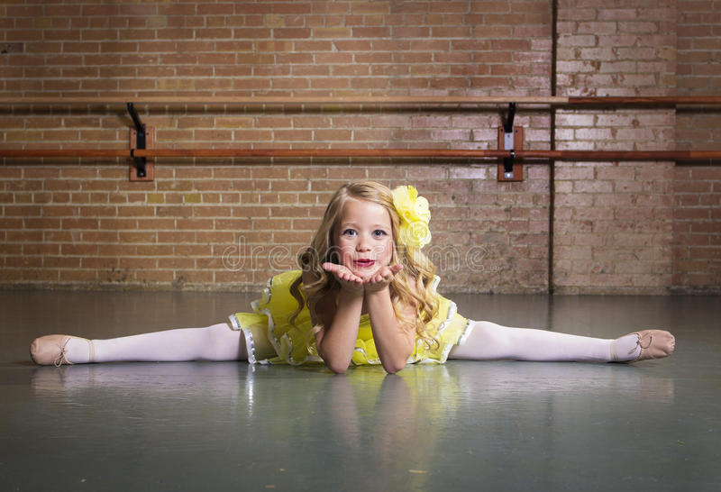 Härlig liten dansarestående på en dansstudio arkivfoton