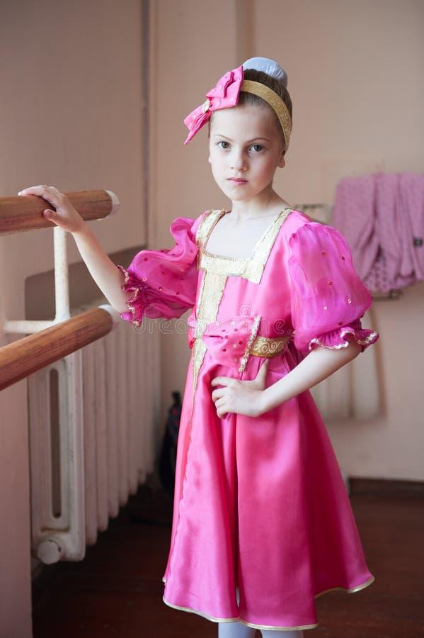 Härlig liten flicka i traditionell dräktbarreövning i balettskola royaltyfria bilder