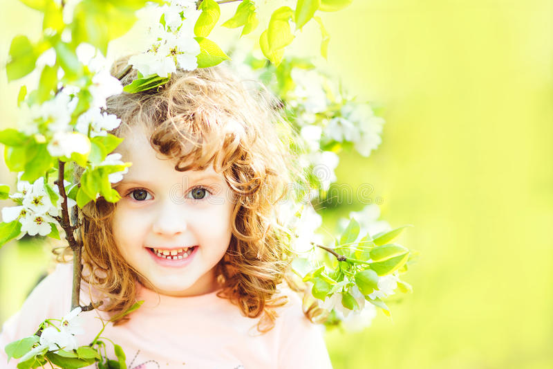 Härlig liten flicka med blommaträdet arkivfoto
