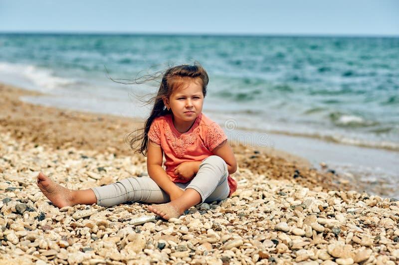 Härlig liten flicka på badorten/barnen som går i den nya luften royaltyfri foto