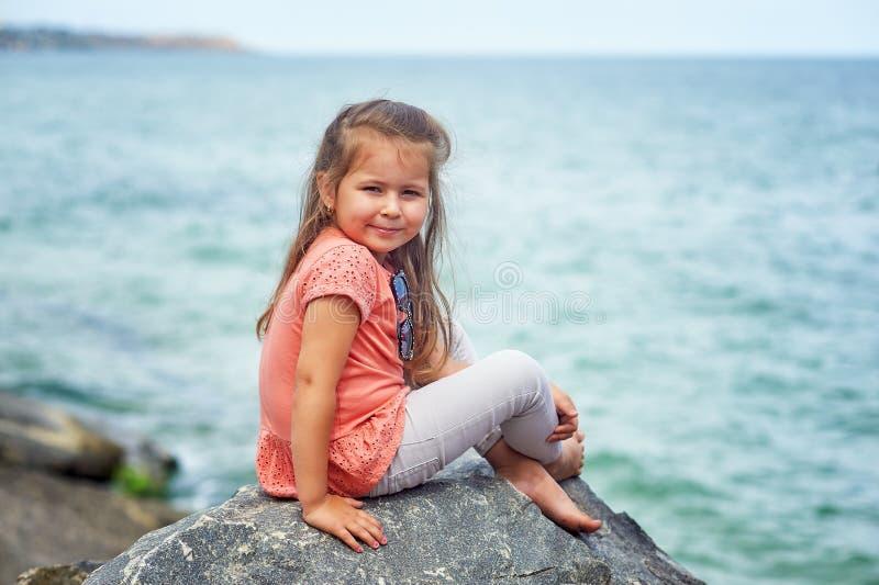 Härlig liten flicka på badorten/barnen som går i den nya luften royaltyfri bild