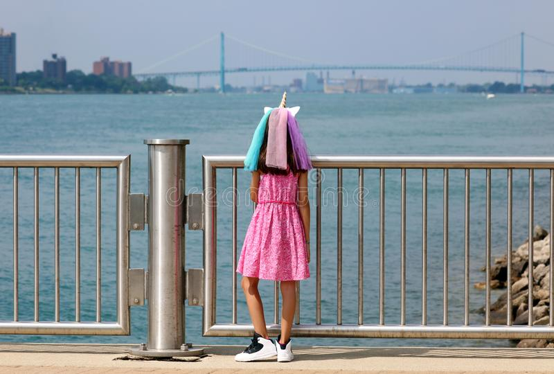 Härlig liten flicka på Detroit Michigan, hög definitionbild av ambassadörbron mellan USA och Kanada royaltyfria foton