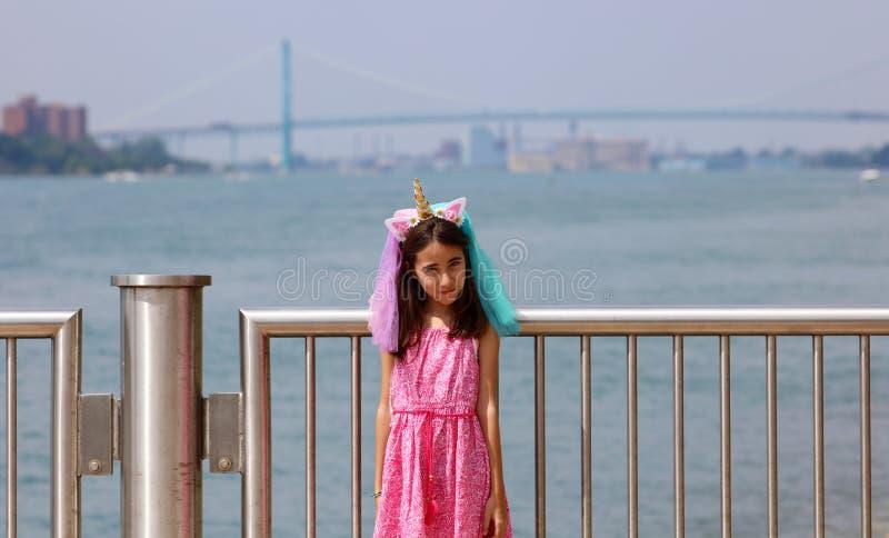 Härlig liten flicka på Detroit Michigan, hög definitionbild av ambassadörbron mellan USA och Kanada arkivfoton