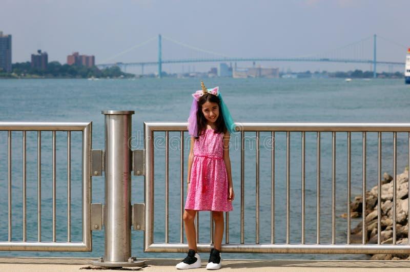 Härlig liten flicka på Detroit Michigan, hög definitionbild av ambassadörbron mellan USA och Kanada arkivfoto
