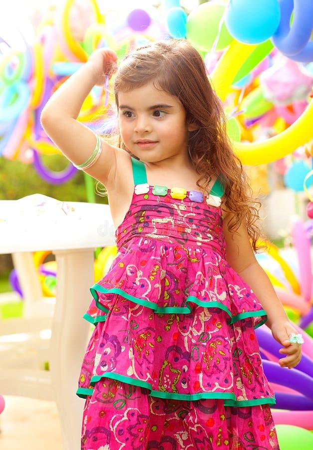 Härlig liten flicka på födelsedagpartiet arkivfoto
