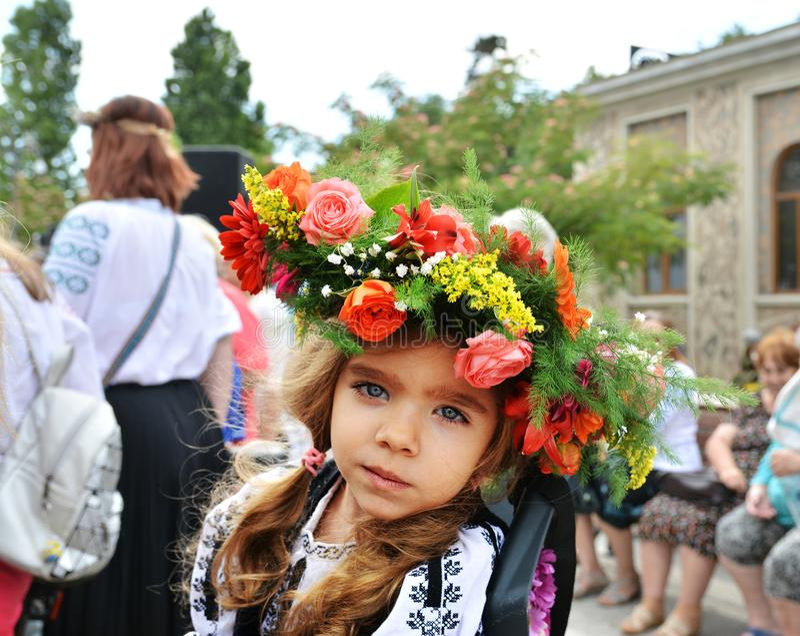 Härlig liten flicka på `-Ziua Iei ` - internationell dag av den rumänska blusen royaltyfri fotografi