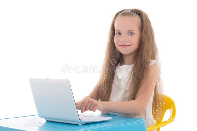 Härlig liten flicka som använder bärbara datorn som isoleras på vit arkivfoton