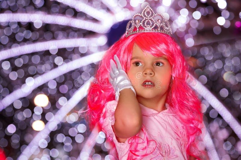 Härlig liten flicka som en prinsessa royaltyfri bild