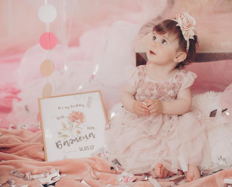 Härlig liten flicka som firar födelsedagpartiet Familjberöm av barnet royaltyfria bilder