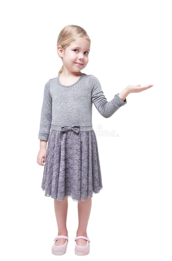 Härlig liten flicka som framlägger något på hennes isolerade hand arkivbilder