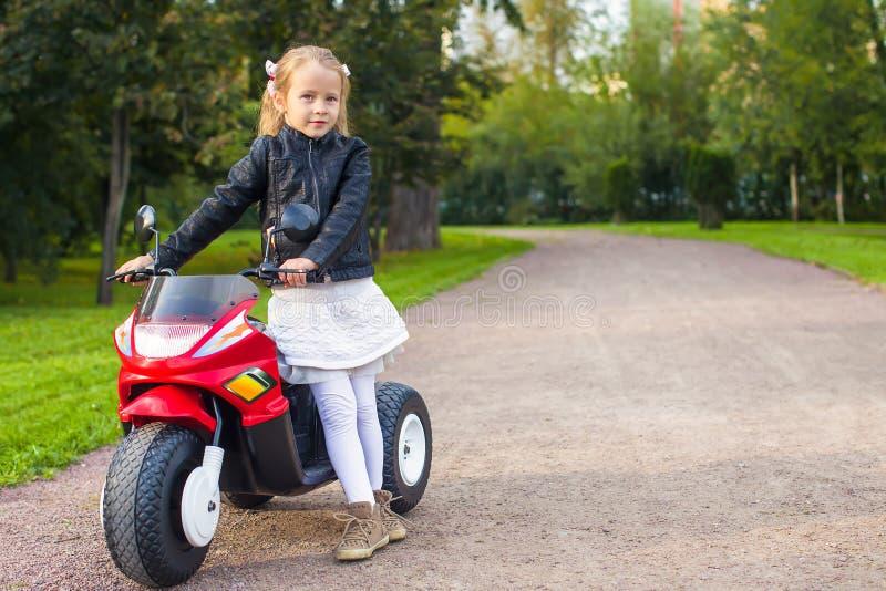 Härlig liten flicka som har gyckel på hennes leksak royaltyfri foto