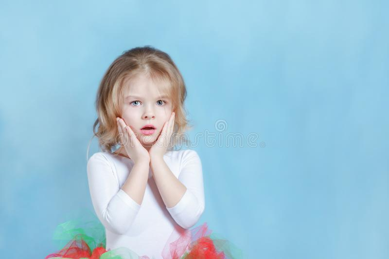 Härlig liten flickaballerina i färgrik ballerinakjol fotografering för bildbyråer