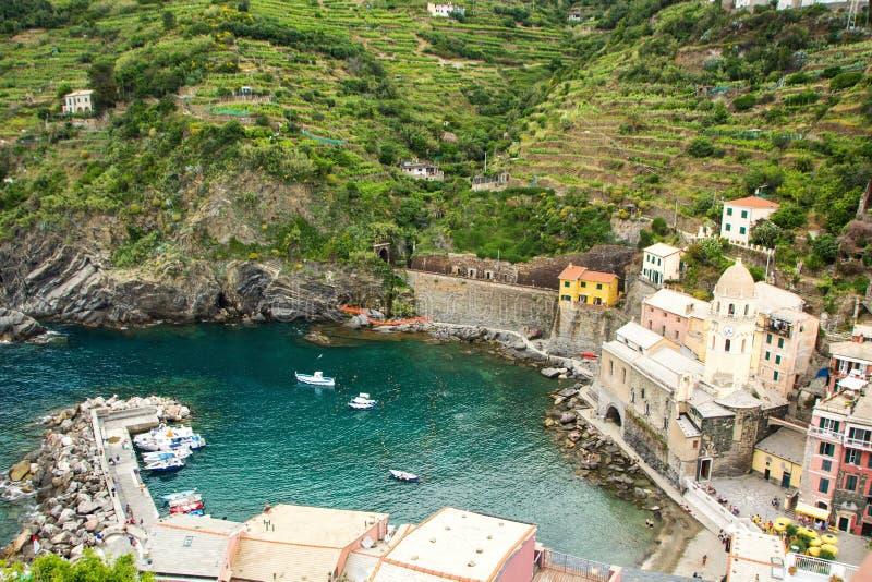 Härlig liten stad av Vernazza i den Cinque Terre nationalparken Italienska färgrika landskap royaltyfri foto
