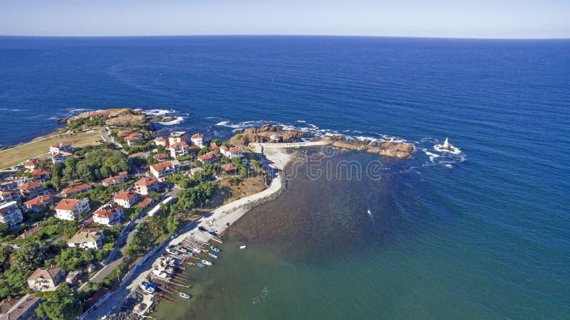 Härlig liten stadsemesterort på Blacket Sea från över royaltyfria bilder