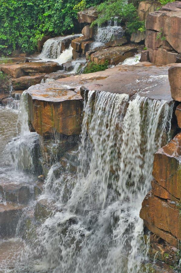 Härlig liten vattenfall i kambodjansk rainforest fotografering för bildbyråer