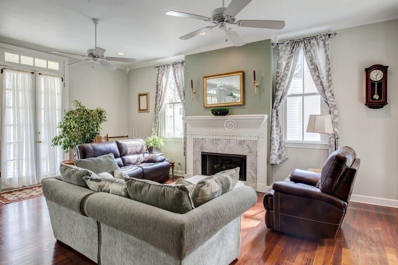 Härlig livingroom med spisen arkivbild