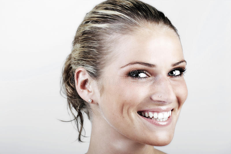 Härlig livlig blond kvinna med vått hår royaltyfria foton