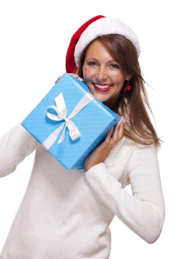 Härlig livlig kvinna med en julgåva royaltyfri fotografi