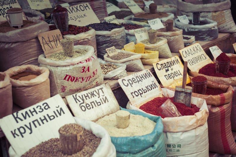 Härlig livlig orientalisk marknad med påsar som är fulla av olika kryddor arkivfoto