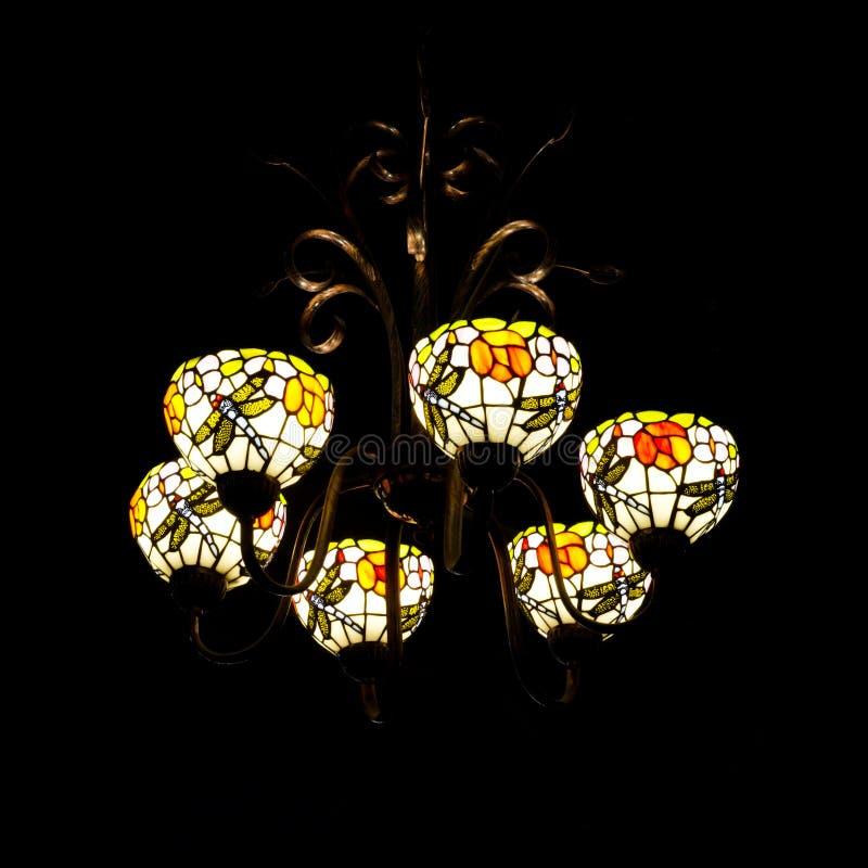Härlig ljuskrona i tappningstilbelysning i mörkret arkivfoto