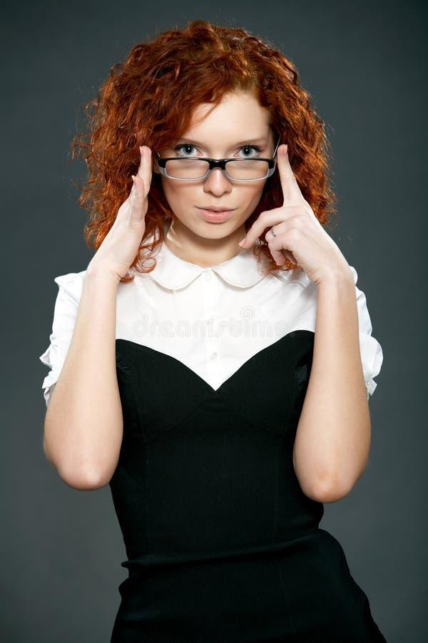härlig lockig hårredkvinna royaltyfria bilder