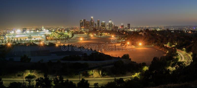 Härlig Los Angeles i stadens centrum nightscape royaltyfria foton