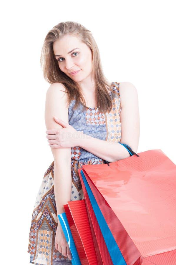 Härlig lugna kvinna som kopplar av efter en lång dag av shopping arkivbild