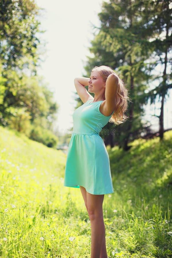 Härlig lycklig blond kvinna i klänning utomhus arkivbilder