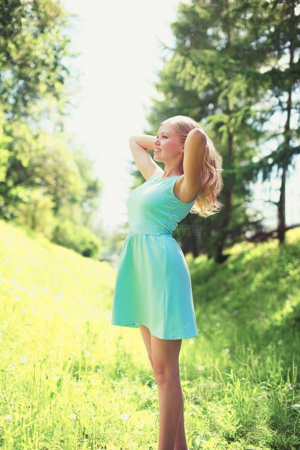 Härlig lycklig blond ung kvinna i klänning royaltyfria foton