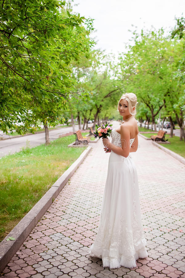 Härlig lycklig brud med bröllopmakeup och bröllopfrisyren royaltyfri bild