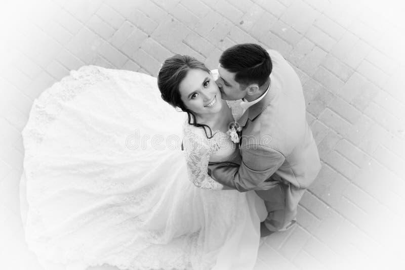Härlig lycklig brud och brudgum fotografering för bildbyråer