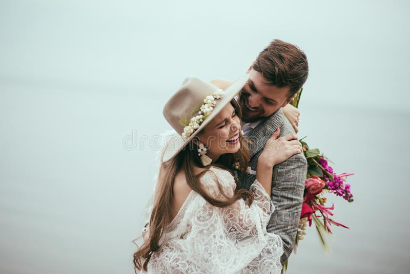 härlig lycklig brud och brudgum, i att skratta för bohostil arkivfoton