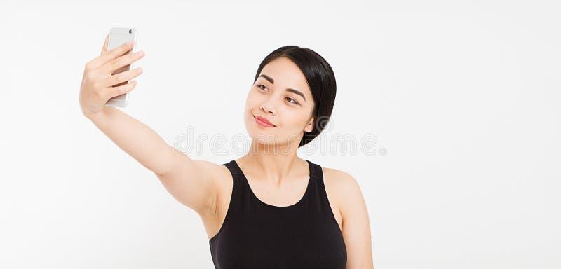Härlig lycklig flicka att göra isolerad selfie på vit royaltyfri fotografi