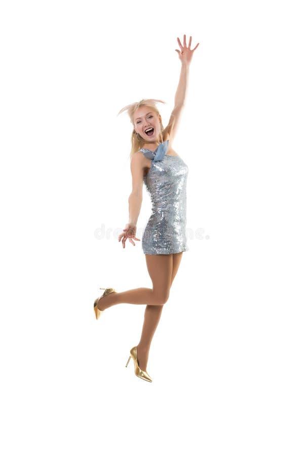 härlig lycklig flickabanhoppning i studion på en vit bakgrund Glädjen av shopping frysa hoppet - flygflicka royaltyfri bild